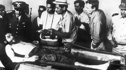 El cadáver del Che, mostrado a la prensa internacional en Vallegrande (Bolivia)